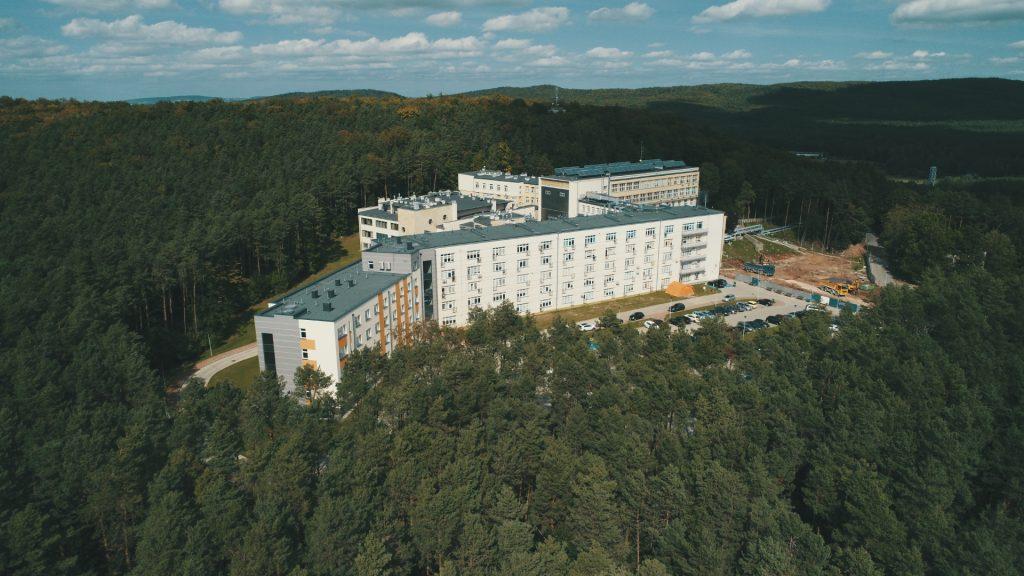 Budynek, zespół budynków, widok z lotu ptaka, las, drzewa iglaste, niebo