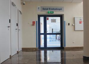 drzwi koloru niebieskiego działu Endoskopii znajdujące sie na II piętrze szpitala