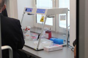 Pokój Pracowni PCR wyposażony w aparat do badań PCR koloru białego oszklony.