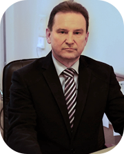 kierownik oddziału ubrany w garnitur koloru czarnego