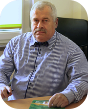 Kierownik oddziału ubrany w koszulę koloru niebieskiego