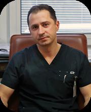 kierownik oddziału ubrany w czarna odzież ochronną medyczną