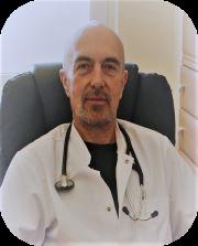 kierownik oddziału ubrany w białą odzież ochronną medyczną i stetyskopem
