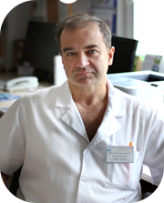 kierownik oddziału ubrany w białą odzież ochronną medyczną
