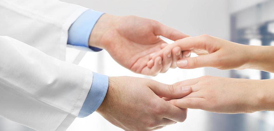 cztery ręce podczas uscisku na białym tle