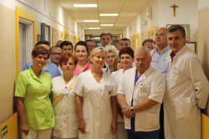 Zespół medyczny oddziału urologicznego w białych ubraniach ochronnych.