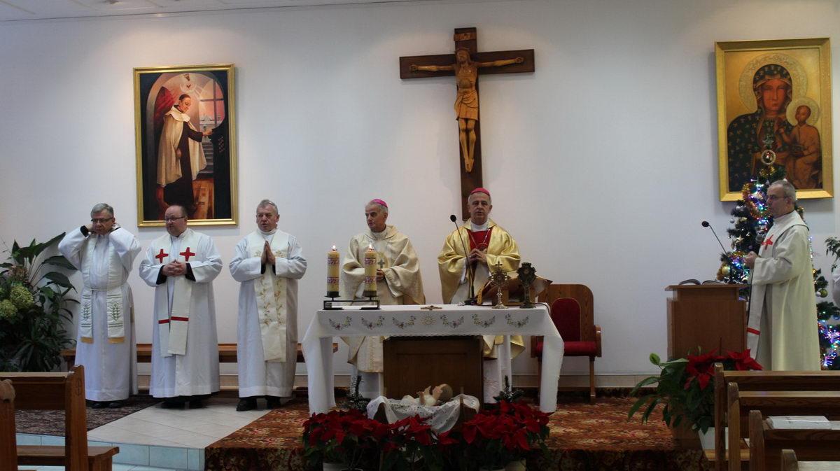 kaplica szpitala księżą ubrani w ubrania koloru białego udzielają błogosławieństwa podczas mszy swiętej
