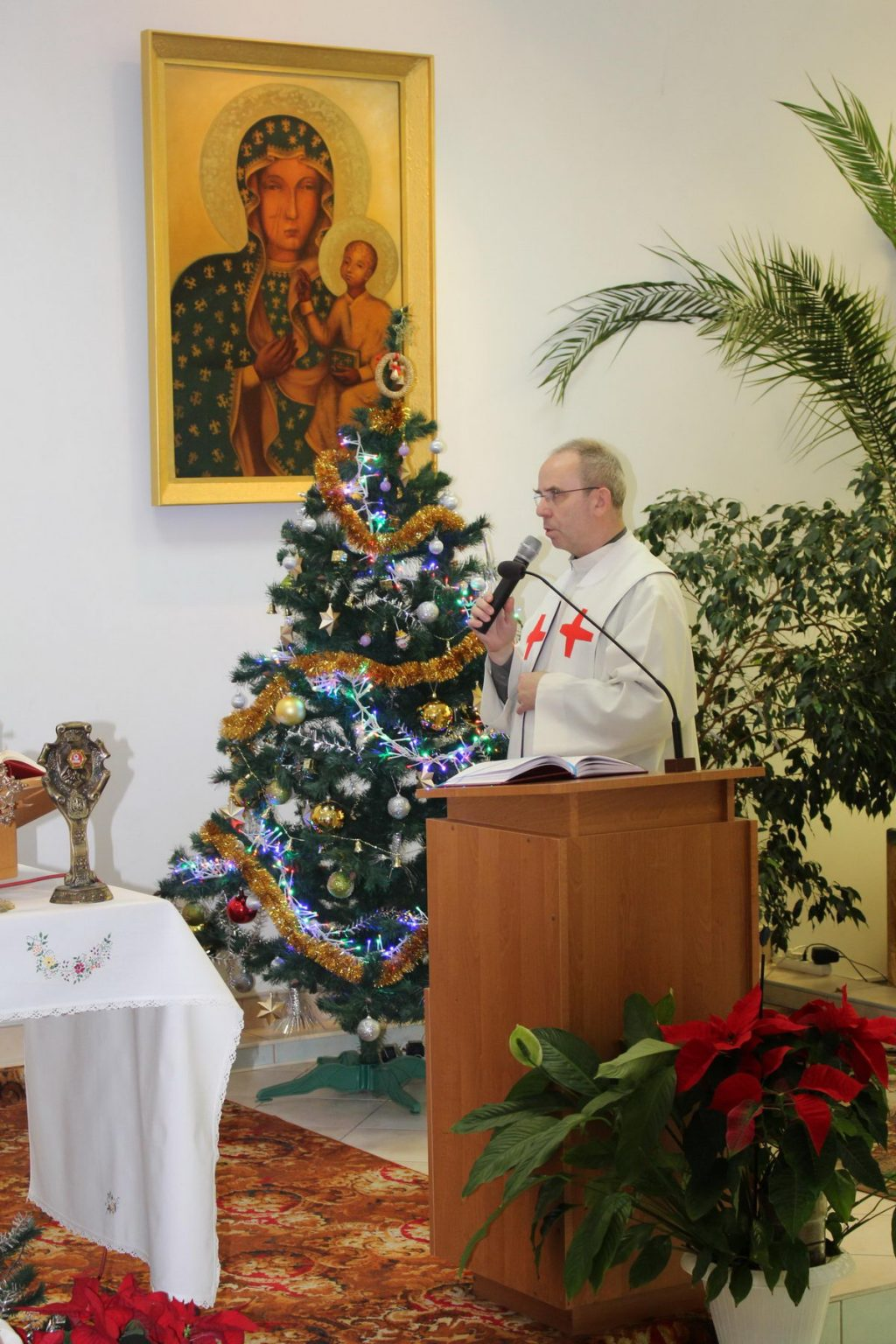 kaplica szpitalna. Kapelan w białym ubraniu podczas kazania na mszy swiętej