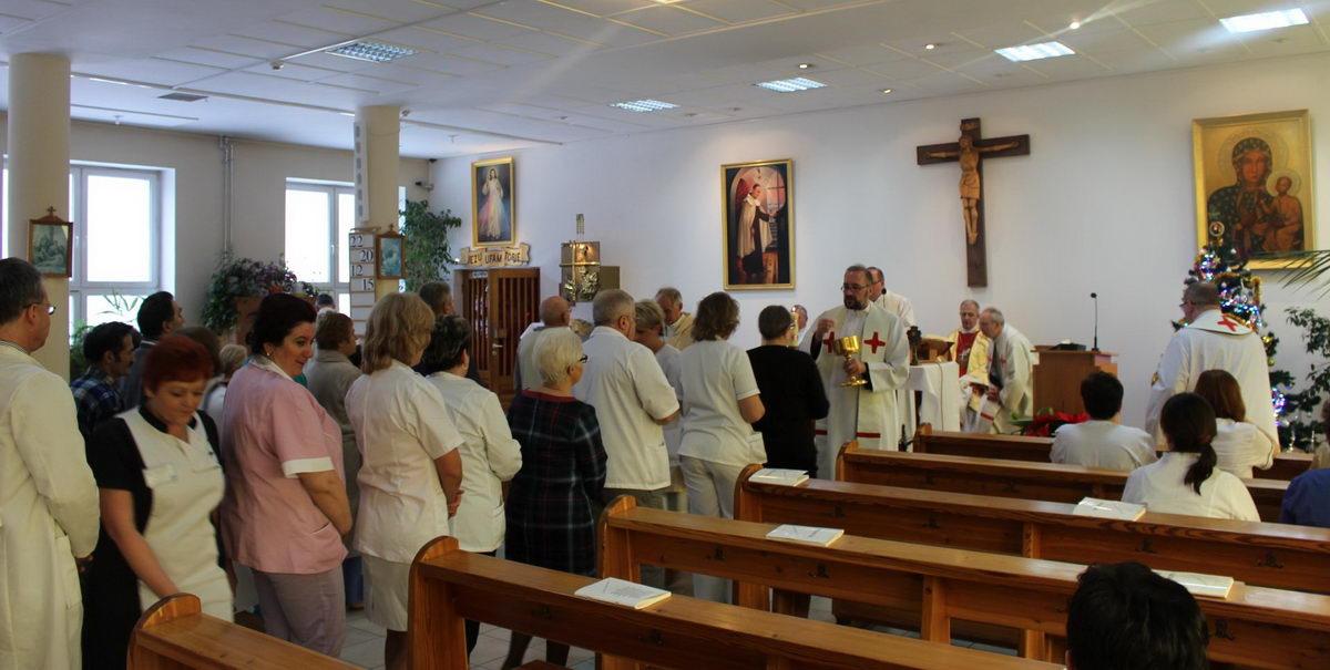 kaplica szpitalna osoby podczas komunii swiętej udzielanych przez księży podczas mszy