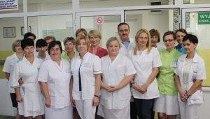 osoby ubrane w białe ubrania medyczne ochronne na oddziale IV szpitala