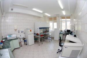 pokój w którym znajduję się sprzęt do wykonywania badań laboratoryjnych