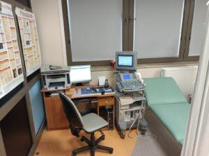 aparat do badań usg wraz z biurkiem komputerowym oraz leżanką medyczna koloru zielonego