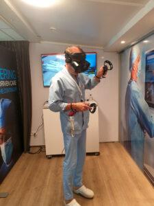 Lekarz podczas szkolenia przy uzyciu wirtualnej rzeczywistosci.