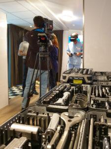 Operator z kamerą telewizyjną kameruje lekarza prowadzącego prezentację